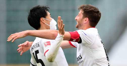 """Video highlight trận Wolfsburg - Frankfurt: """"Cửa dưới"""" gây sốc, người hùng Nhật Bản"""