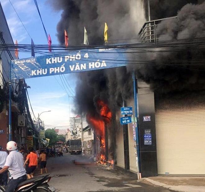 7 người mắc kẹt, khóc gào trong căn nhà rực lửa ở Sài Gòn - 1