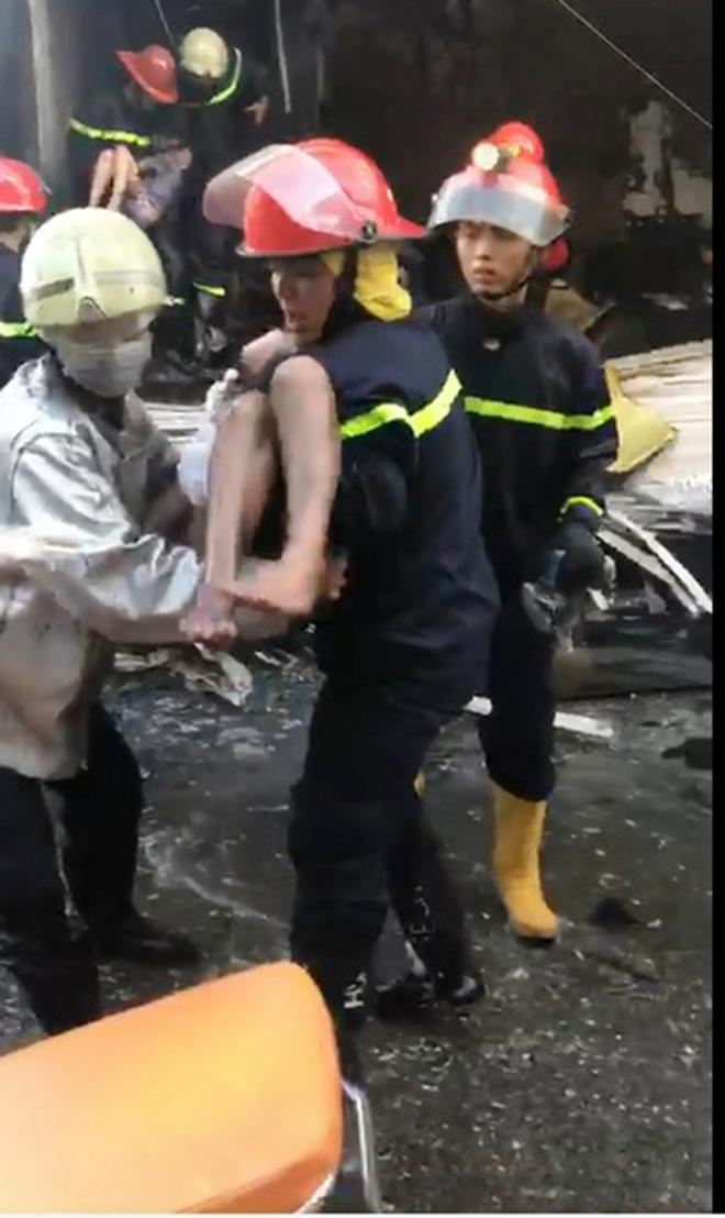 7 người mắc kẹt, khóc gào trong căn nhà rực lửa ở Sài Gòn - 4