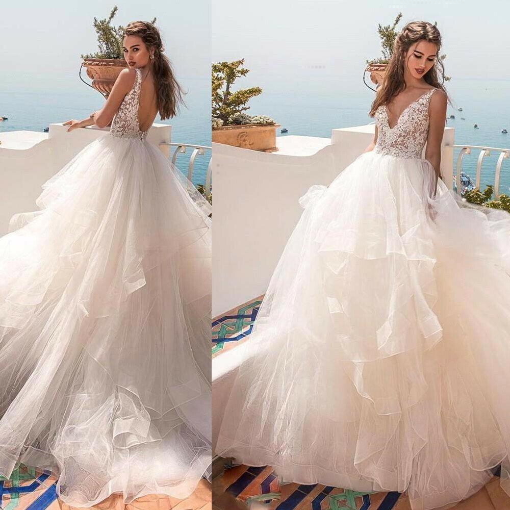 Cô dâu gây choáng vì váy khoét lưng như xăm trổ giữa đám cưới nhiều khách cao tuổi - hình ảnh 1