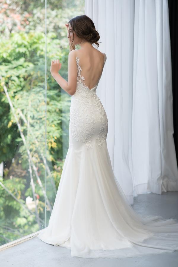 Cô dâu gây choáng vì váy khoét lưng như xăm trổ giữa đám cưới nhiều khách cao tuổi - hình ảnh 5