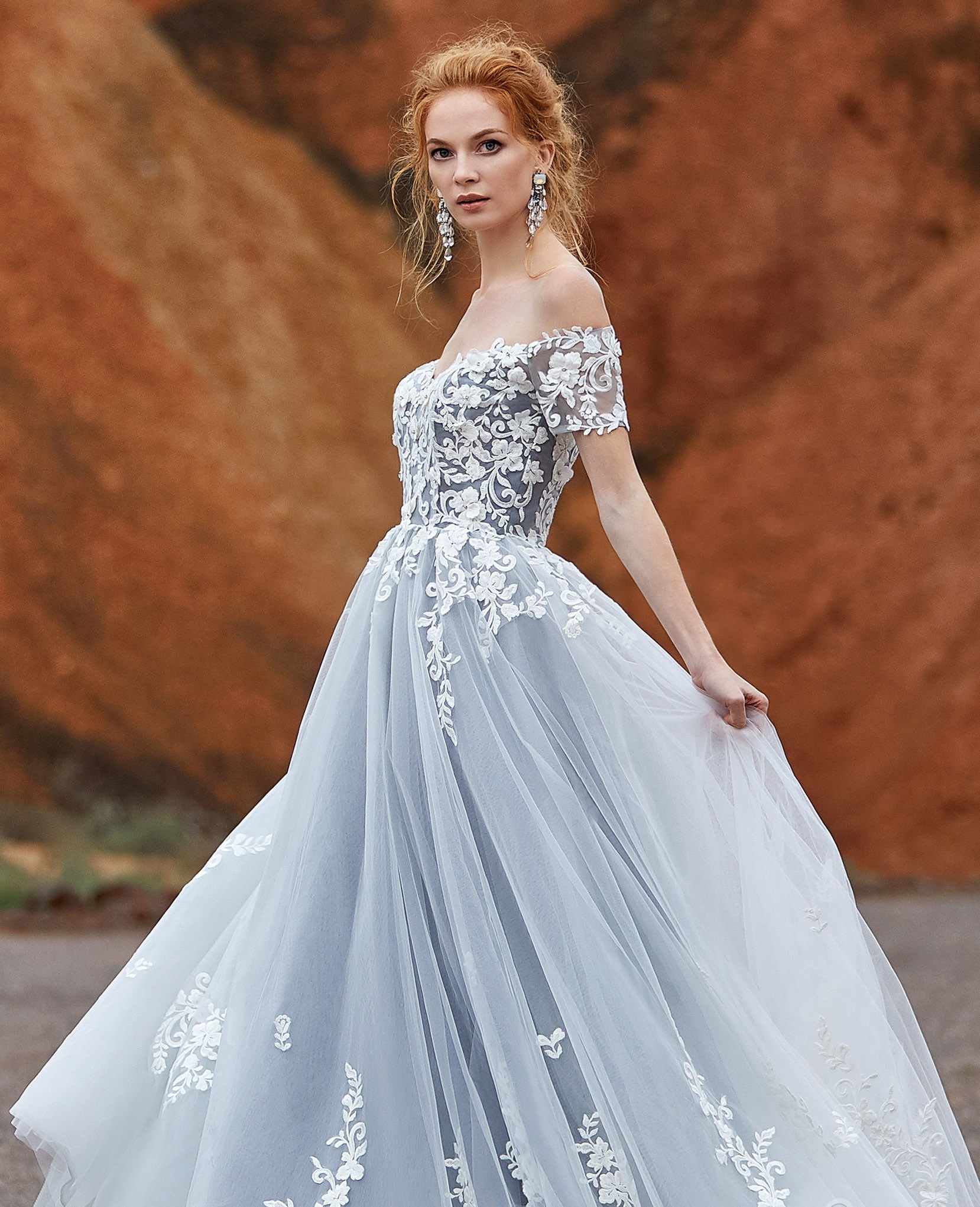 Cô dâu gây choáng vì váy khoét lưng như xăm trổ giữa đám cưới nhiều khách cao tuổi - hình ảnh 2