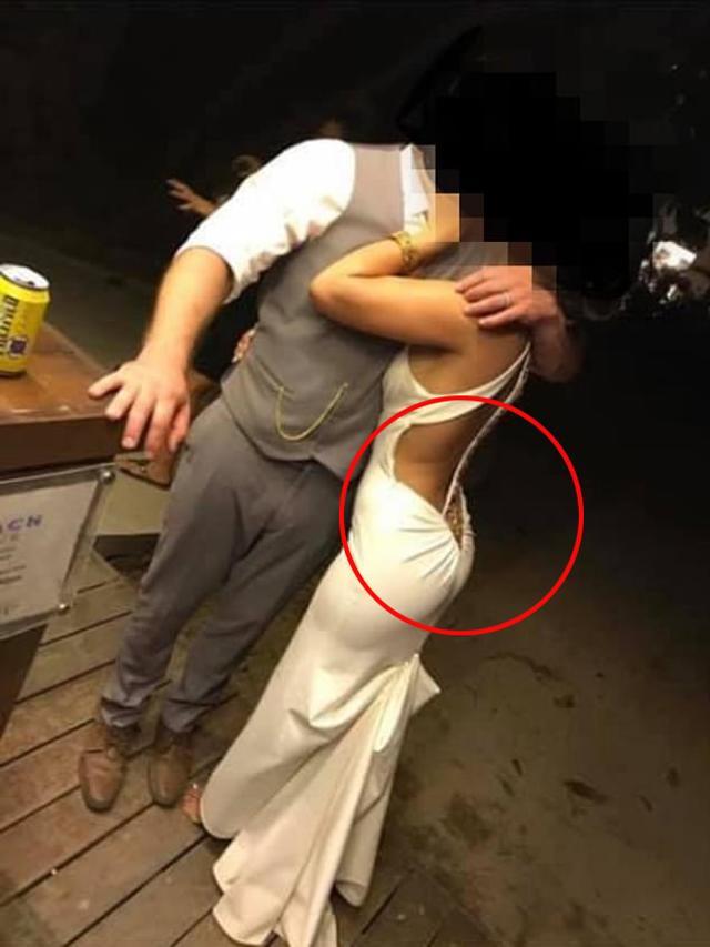 Cô dâu gây choáng vì váy khoét lưng như xăm trổ giữa đám cưới nhiều khách cao tuổi - hình ảnh 7