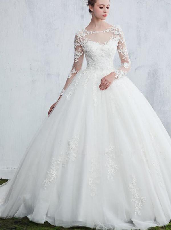 Cô dâu gây choáng vì váy khoét lưng như xăm trổ giữa đám cưới nhiều khách cao tuổi - hình ảnh 3