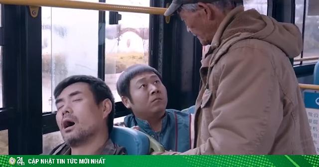 Thói quen khó bỏ mỗi lần đi xe buýt của cụ ông