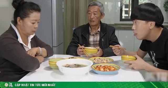 Bữa cơm gia đình của chàng trai tuổi 30 vẫn còn ế