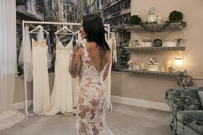 Chi 73 triệu mua váy cưới xuyên thấu, cô dâu khiến mẹ chồng hốt hoảng - hình ảnh 2