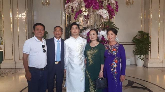 Hình ảnh độc Công Phượng mặc áo dài ở lễ đính hôn với Viên Minh - 1