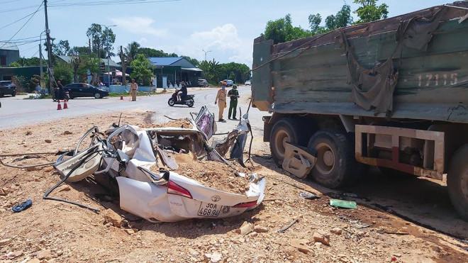 Vì sao bé trai thoát chết trong vụ xe tải đè bẹp xe con, 3 người tử vong? - 1