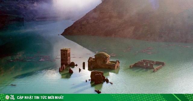 Ngôi làng cổ nổi lên giữa hồ lần đầu tiên sau gần 3 thập kỷ