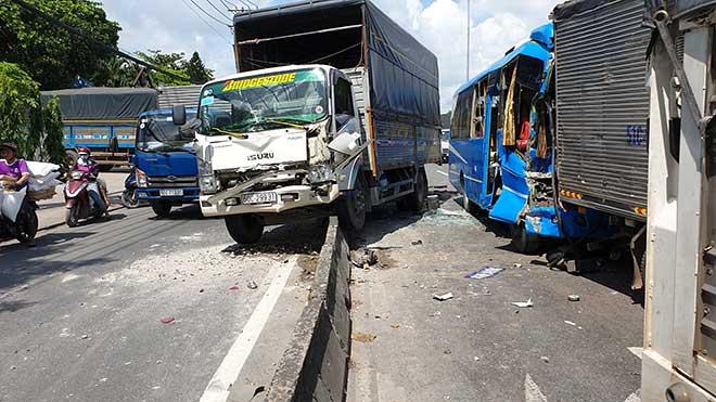 Kẹt xe khủng khiếp qua hiện trường TNGT 4 ô tô tông nhau ở Sài Gòn - 1