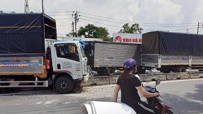 Kẹt xe khủng khiếp qua hiện trường TNGT 4 ô tô tông nhau ở Sài Gòn - 3
