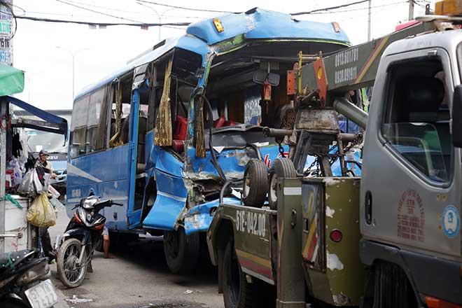 Kẹt xe khủng khiếp qua hiện trường TNGT 4 ô tô tông nhau ở Sài Gòn - 5