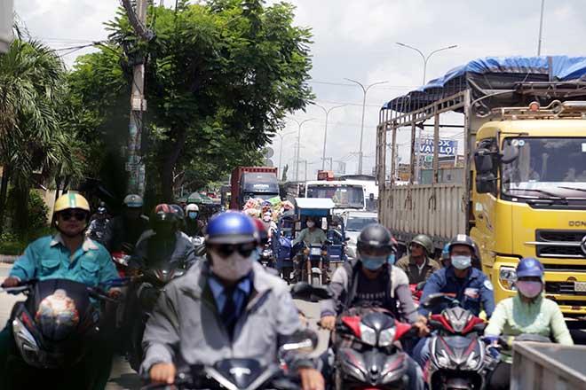 Kẹt xe khủng khiếp qua hiện trường TNGT 4 ô tô tông nhau ở Sài Gòn - 7