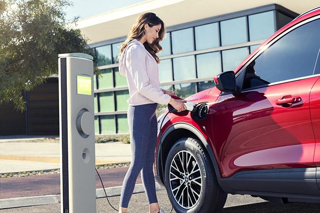 Ford Escape gây bất ngờ với mức tiêu thụ nhiên liệu chỉ 2,35L xăng/100km - 2