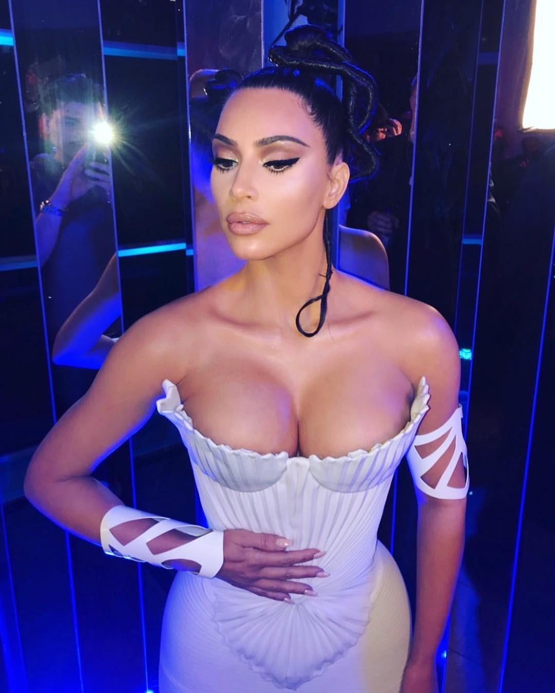 Nịt eo bằng corset để vòng 2 bé như Kim Kardashian - 4
