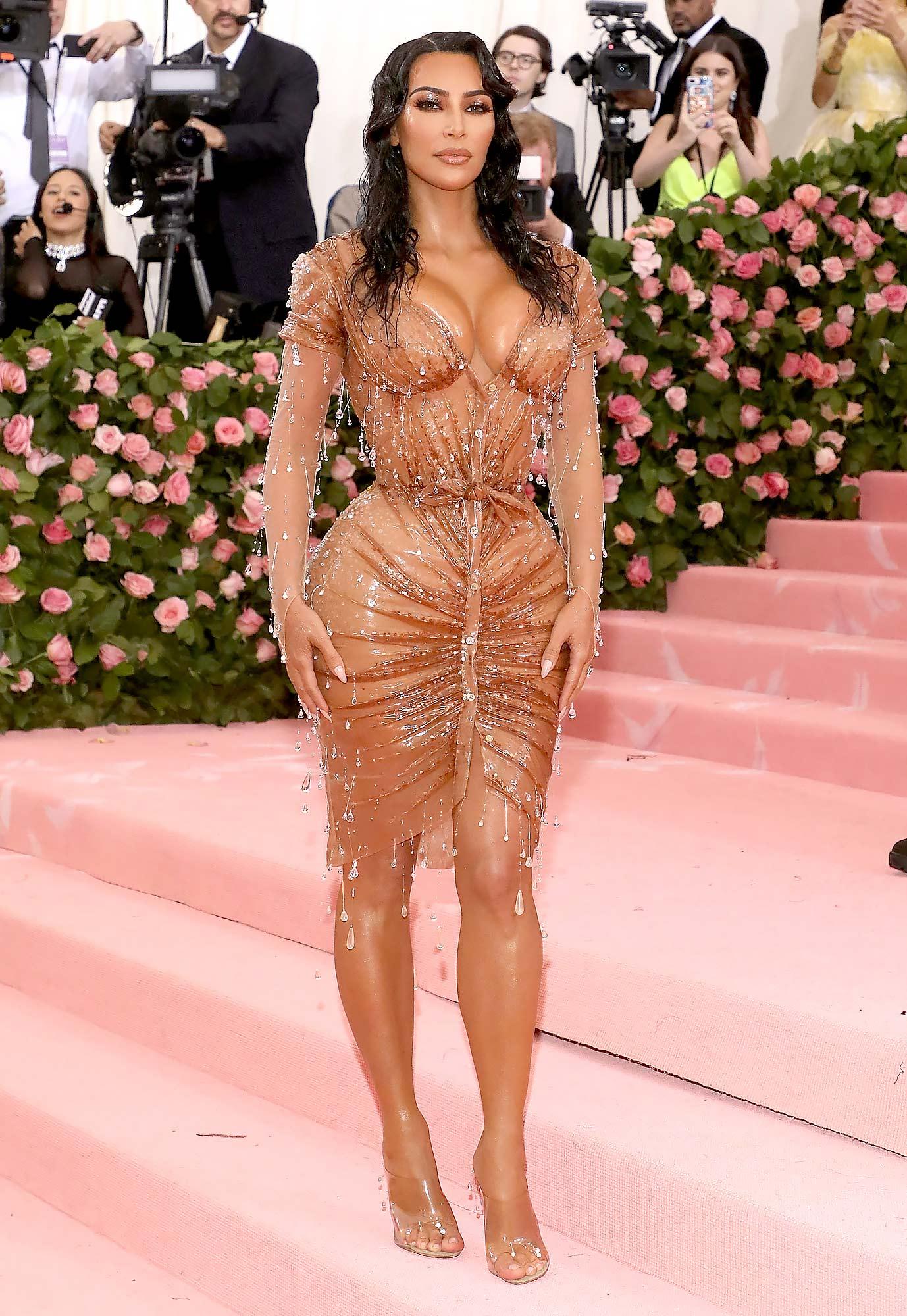 Nịt eo bằng corset để vòng 2 bé như Kim Kardashian - 2