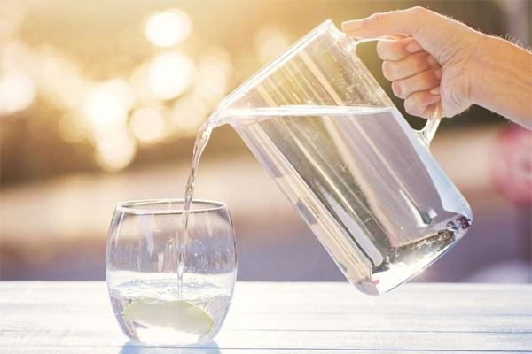 Bé 11 tuổi tử vong vì bị bố mẹ ép uống quá nhiều nước, nhớ ngay việc cần làm sau khi bổ sung nước ngày hè nóng bức - 2