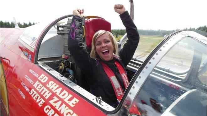 Kỷ lục chấn động thế giới đua xe: Nữ tay đua phóng tốc độ 841km/h - 1