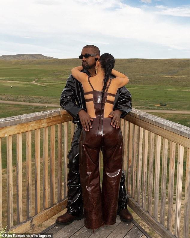 """Chồng không """"tiêu hóa"""" nổi cách ăn mặc, Kim Kardashian vẫn diện quần yếm kỳ quặc - 1"""