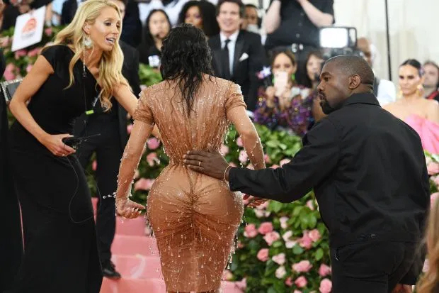 """Chồng không """"tiêu hóa"""" nổi cách ăn mặc, Kim Kardashian vẫn diện quần yếm kỳ quặc - 5"""