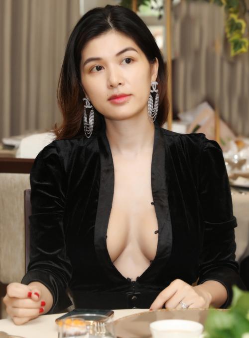 """Hoa hậu """"mê đẻ"""" nhất Vbiz diện áo trễ nải khoe body nuột nà sau sinh con thứ 6 - 1"""