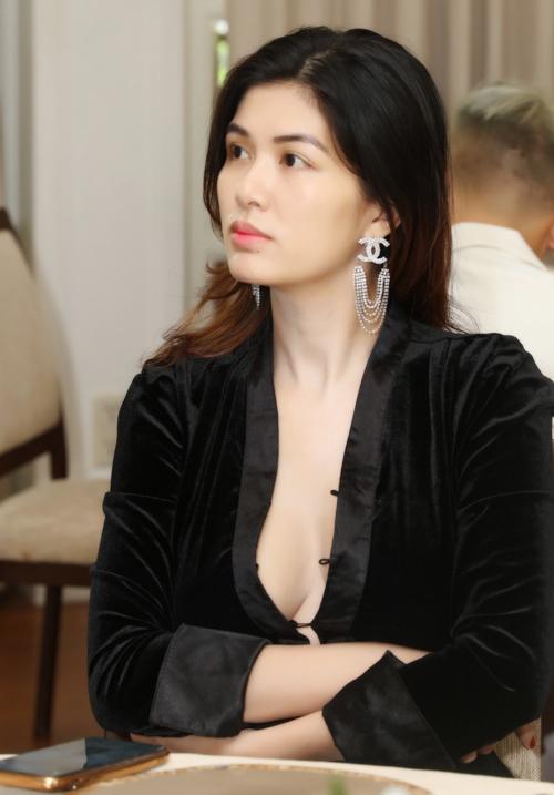 """Hoa hậu """"mê đẻ"""" nhất Vbiz diện áo trễ nải khoe body nuột nà sau sinh con thứ 6 - 2"""