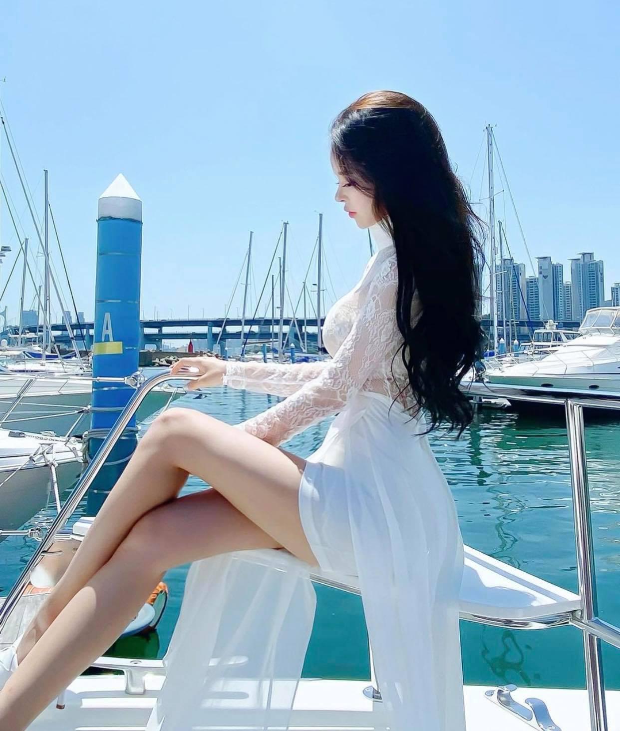 """""""Búp bê Barbie Hàn Quốc"""" đến phụ nữ cũng phải mê vì khéo mặc tôn nét gợi cảm - hình ảnh 1"""