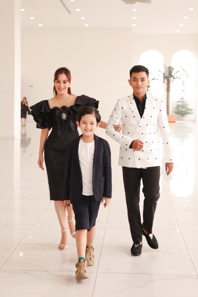 Con trai Khánh Thi – Phan Hiển bảnh bao bên bố mẹ - hình ảnh 1