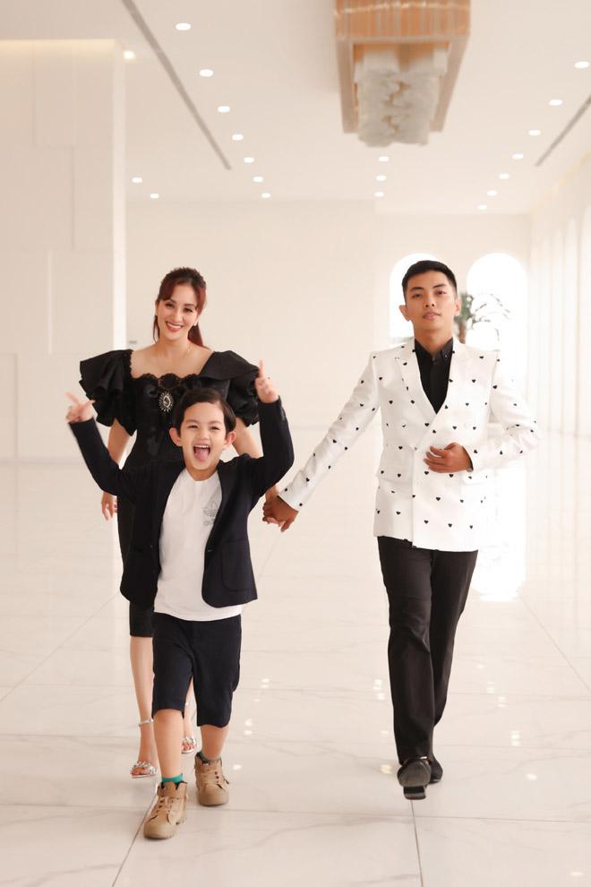 Con trai Khánh Thi – Phan Hiển bảnh bao bên bố mẹ - hình ảnh 2