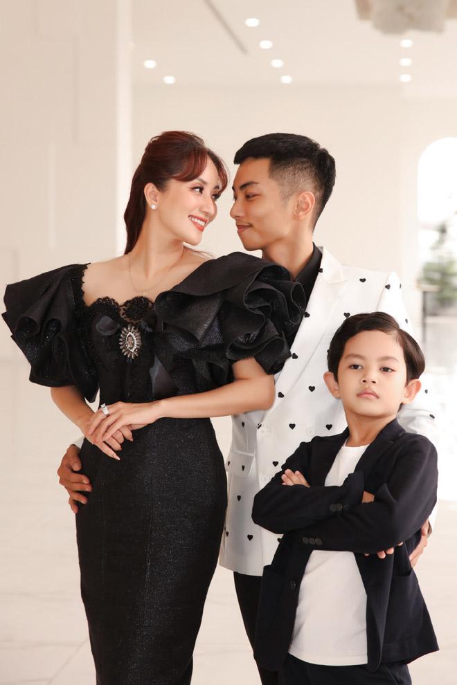 Con trai Khánh Thi – Phan Hiển bảnh bao bên bố mẹ - hình ảnh 4