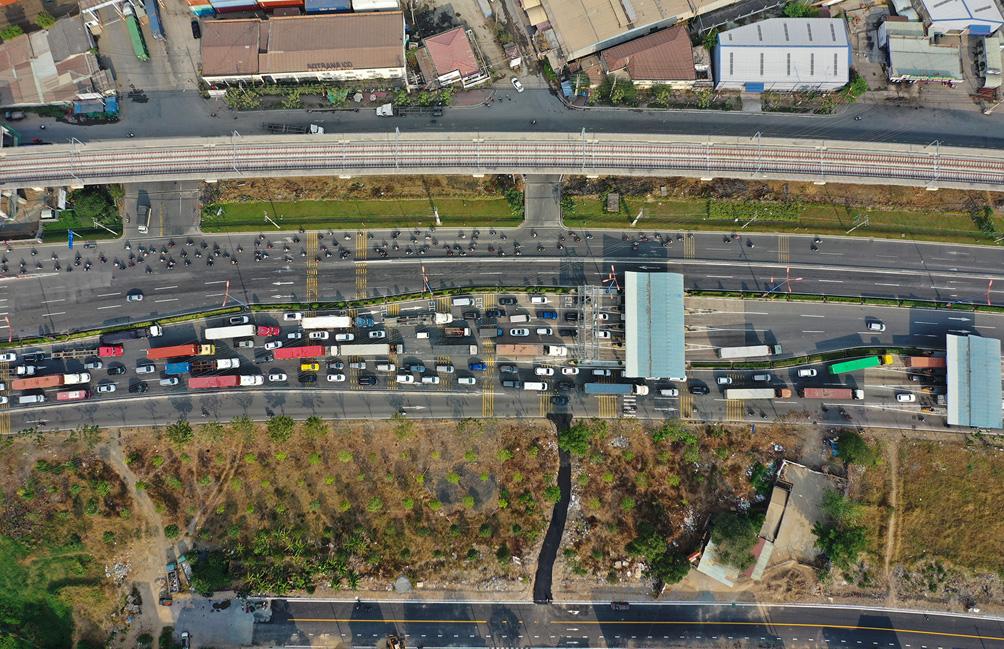 Hàng nghìn xe cộ chen chúc trong ngày BOT Xa lộ Hà Nội tái hoạt động - hình ảnh 10