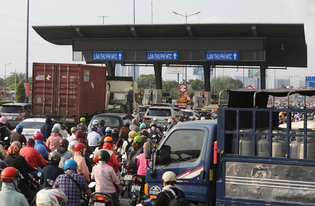 Hàng nghìn xe cộ chen chúc trong ngày BOT Xa lộ Hà Nội tái hoạt động - hình ảnh 11
