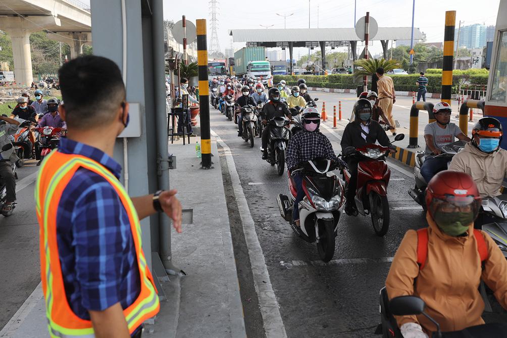 Hàng nghìn xe cộ chen chúc trong ngày BOT Xa lộ Hà Nội tái hoạt động - hình ảnh 14