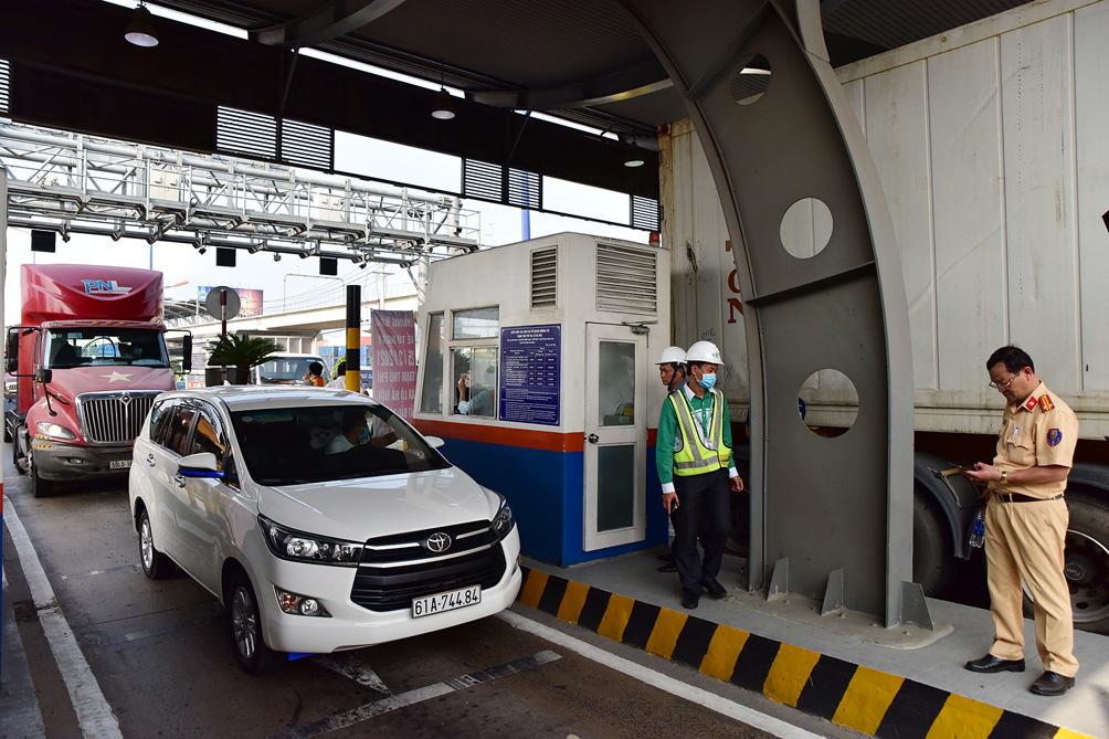 Hàng nghìn xe cộ chen chúc trong ngày BOT Xa lộ Hà Nội tái hoạt động - hình ảnh 2