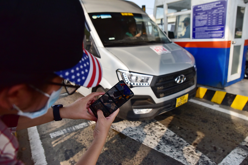 Hàng nghìn xe cộ chen chúc trong ngày BOT Xa lộ Hà Nội tái hoạt động - hình ảnh 4