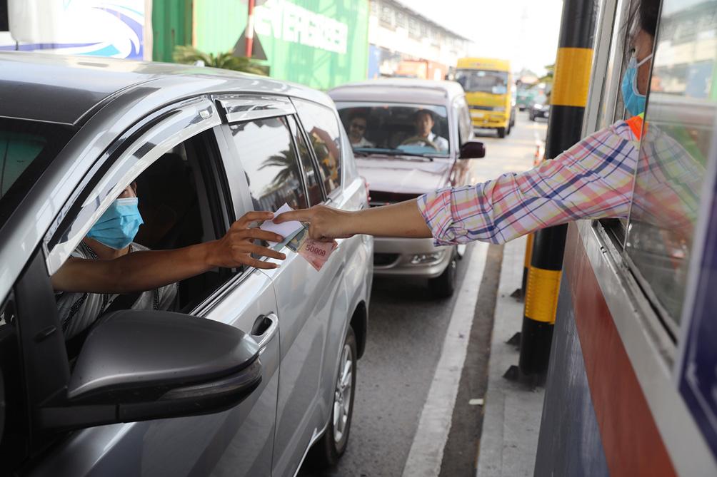 Hàng nghìn xe cộ chen chúc trong ngày BOT Xa lộ Hà Nội tái hoạt động - hình ảnh 6