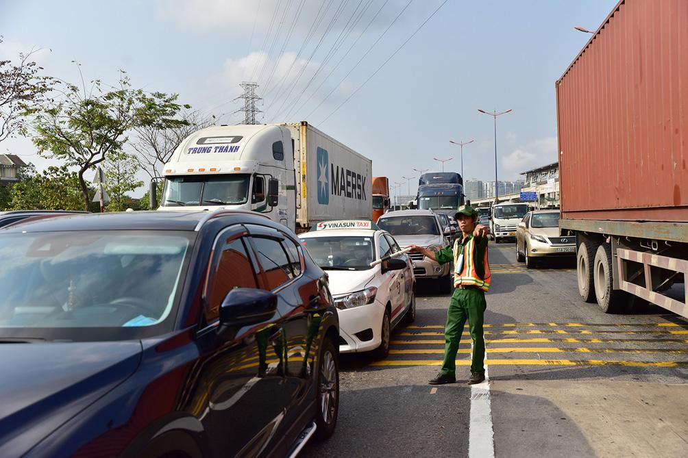 Hàng nghìn xe cộ chen chúc trong ngày BOT Xa lộ Hà Nội tái hoạt động - hình ảnh 7