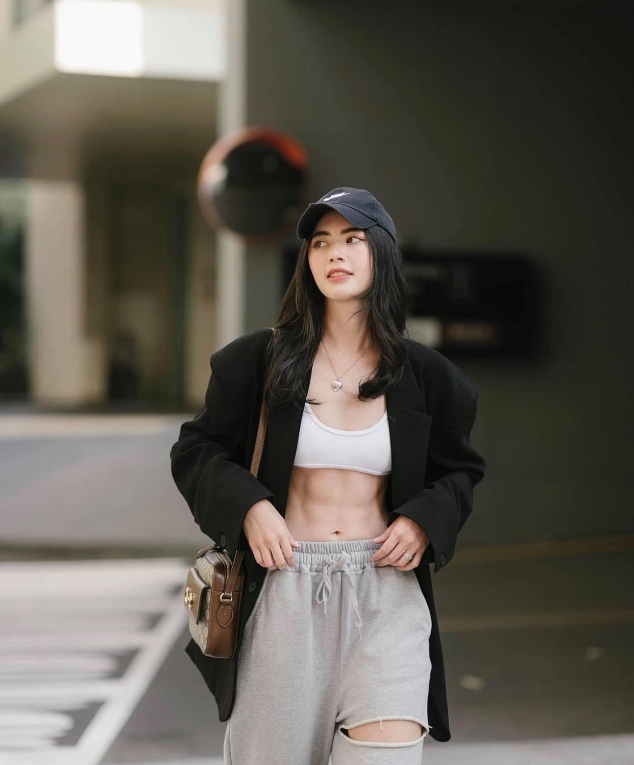 """""""Ma nữ đẹp nhất Thái Lan"""" khoe chiếc bụng đói chỉ 58cm, cơ múi gồ ghề nhờ nhịn ăn 16 tiếng - hình ảnh 2"""