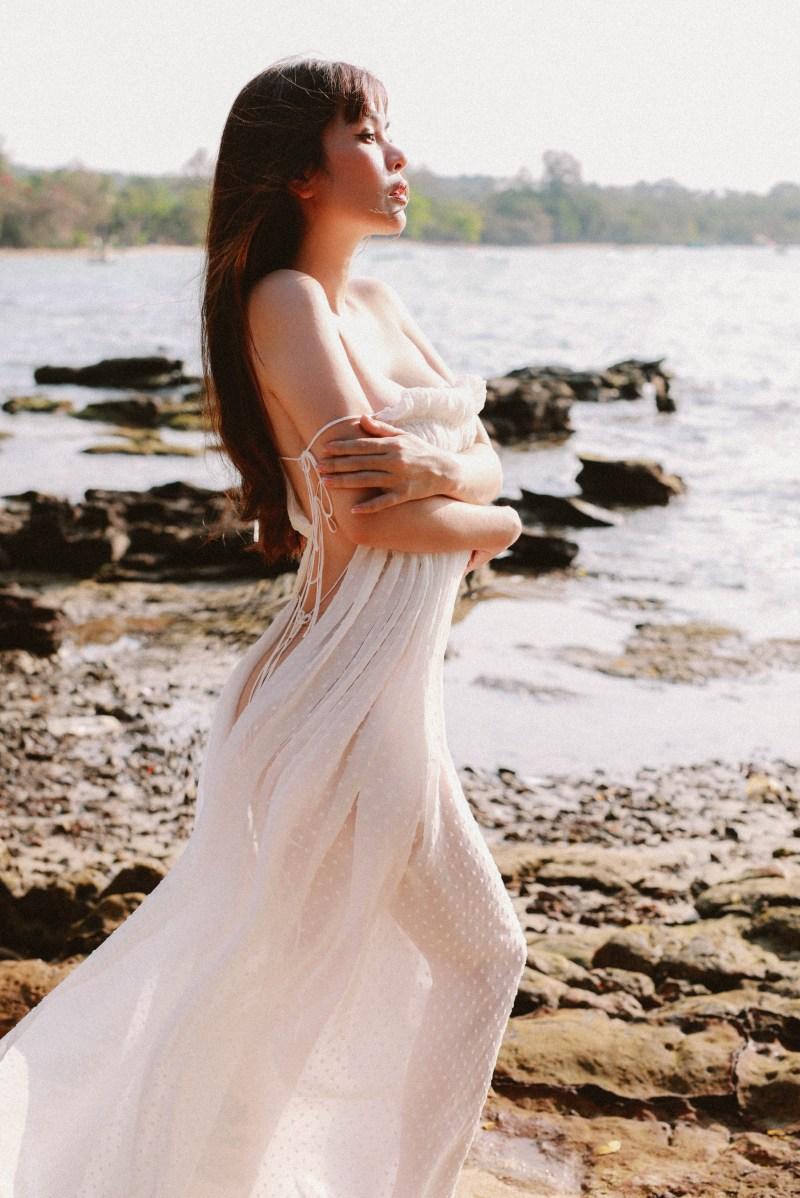 """""""Hoa hậu ở nhà 200 tỷ"""" thả dáng với váy mỏng như cánh chuồn giữa đảo vắng - hình ảnh 3"""