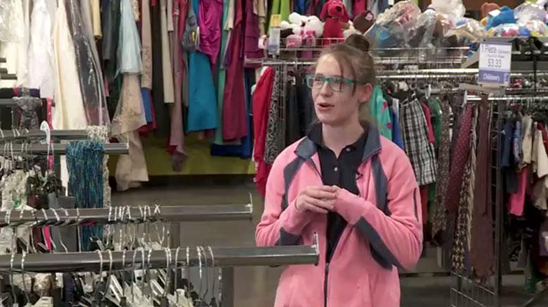 Đi mua quần áo cũ, người phụ nữ phát hiện cả tỷ đồng trong túi áo - hình ảnh 1