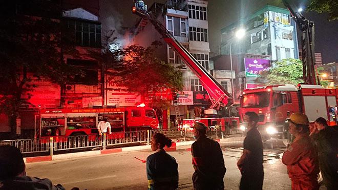 Người thân đau đớn ngồi gục bên ngoài căn nhà cháy khiến 4 người tử vong ở Hà Nội - hình ảnh 1