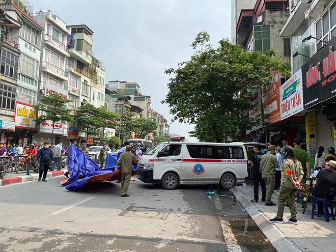 Người thân đau đớn ngồi gục bên ngoài căn nhà cháy khiến 4 người tử vong ở Hà Nội - hình ảnh 7