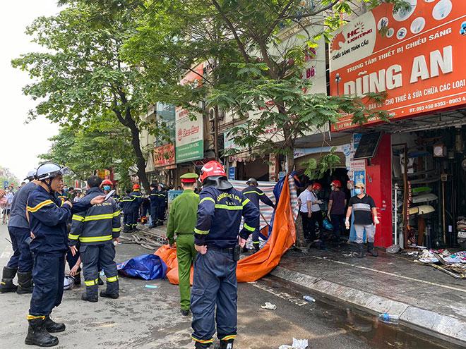 Người thân đau đớn ngồi gục bên ngoài căn nhà cháy khiến 4 người tử vong ở Hà Nội - hình ảnh 8