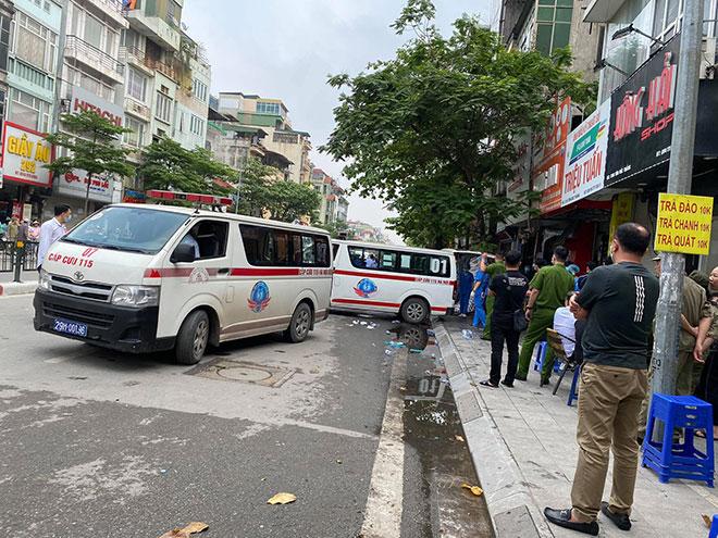Người thân đau đớn ngồi gục bên ngoài căn nhà cháy khiến 4 người tử vong ở Hà Nội - hình ảnh 9