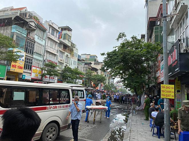Người thân đau đớn ngồi gục bên ngoài căn nhà cháy khiến 4 người tử vong ở Hà Nội - hình ảnh 10