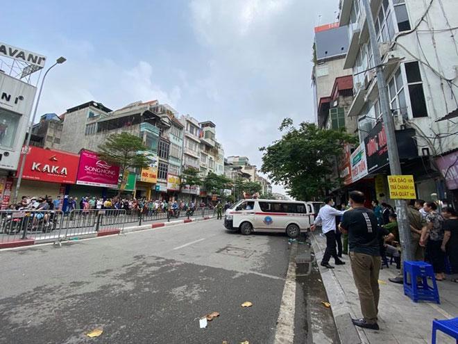 Người thân đau đớn ngồi gục bên ngoài căn nhà cháy khiến 4 người tử vong ở Hà Nội - hình ảnh 11