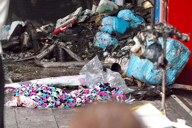 Người thân đau đớn ngồi gục bên ngoài căn nhà cháy khiến 4 người tử vong ở Hà Nội - hình ảnh 12