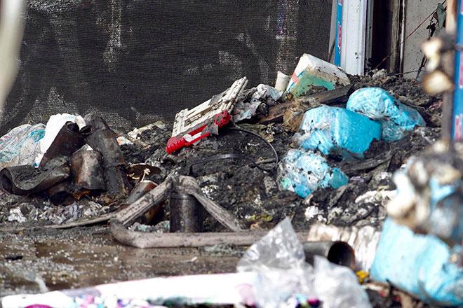 Người thân đau đớn ngồi gục bên ngoài căn nhà cháy khiến 4 người tử vong ở Hà Nội - hình ảnh 13