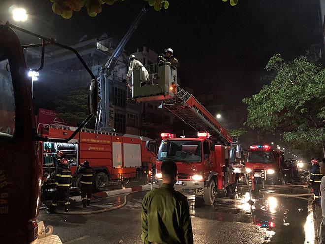 Người thân đau đớn ngồi gục bên ngoài căn nhà cháy khiến 4 người tử vong ở Hà Nội - hình ảnh 2